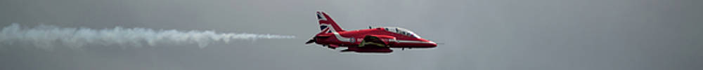 Red Arrow Straight - Teesside Airshow 2016 by Scott Lyons