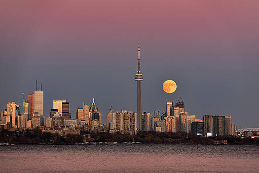 Reimar Gaertner - Red supermoon rising over Toronto skyline with pink and blue sky