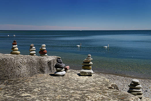 Reimar Gaertner - Rock balancing sculptures on Lake Ontario Toronto with Swans