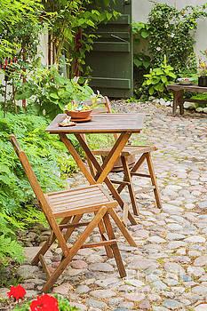 Sophie McAulay - Romantic backyard setting