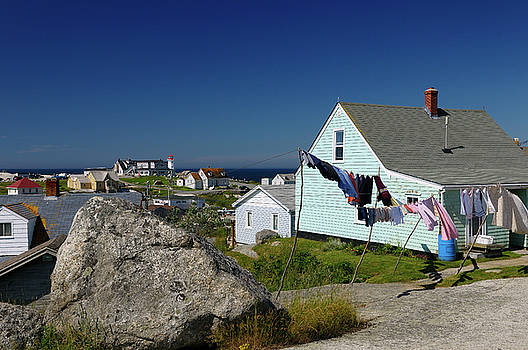 Reimar Gaertner - Rural fishing village houses with laundry and the lighthouse at