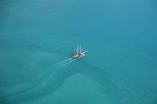 Sailing in the Whitsundays by Keiran Lusk