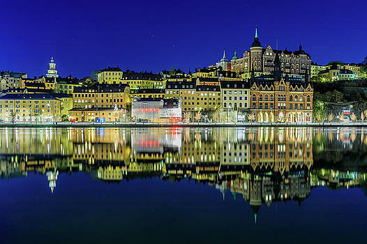 Perfect Sodermalm and Mariaberget blue hour reflection by Dejan Kostic