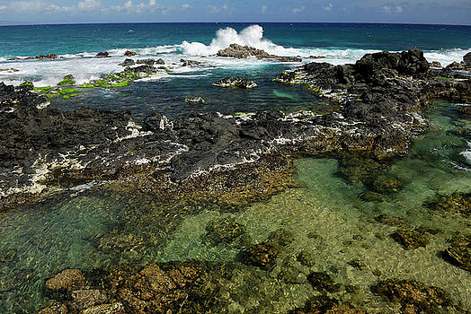 Reimar Gaertner - Spray of crashing wave in tide pools at Hookipa Beach Maui