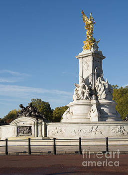 Statue in front of the Buckingham palace by Deyan Georgiev