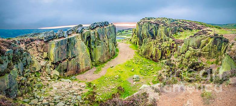 Mariusz Talarek - Sunrise by Cow and Calf Rocks in Ilkley