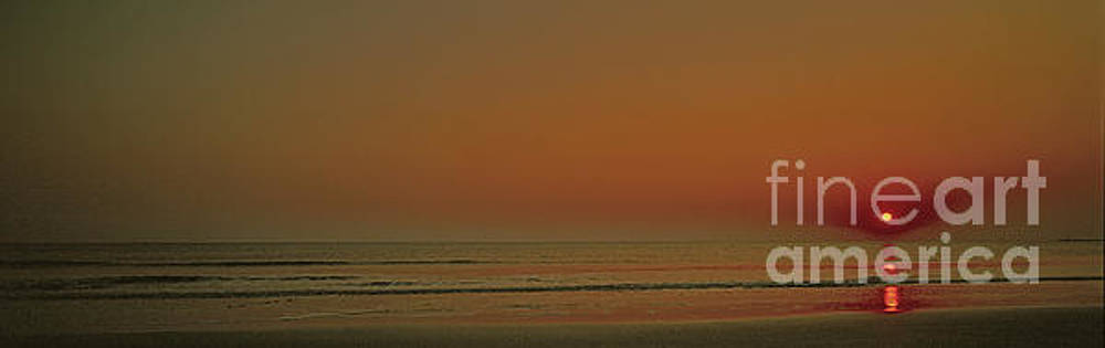 Sunrise Flat Surf Atlantic Ocean Bbb 2730200017 by Tom Jelen