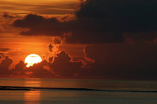 Sami Sarkis - Sunrise rising up over clouds and sea