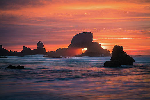 Sunset behind arch at Oregon coast USA by William Lee