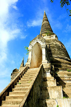 Thai pagoda by Chaitawat Pawapoowadon