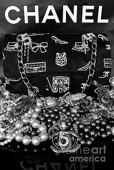Timeless Beautiful Accessories in BW by To-Tam Gerwe