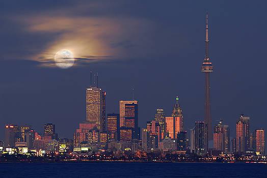 Reimar Gaertner - Toronto city skyline at dusk with moonrise