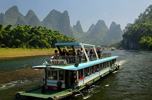 Reimar Gaertner - Tour boat cruise down the Li river with bamboo forest and hazy k