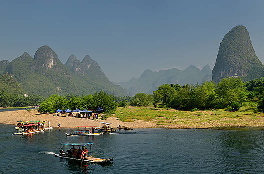Reimar Gaertner - Tour boat rafts at rest stop on the Li river Guangxi China with