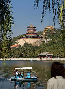 Reimar Gaertner - Tourist watching paddle boaters on Kunming Lake Buddhist Fragran