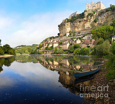 Town of Beynac-et-Cazenac alongside Dordogne river by IPics Photography