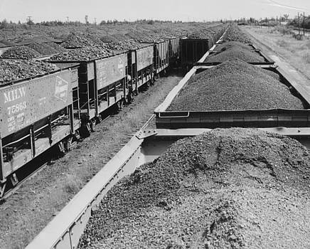 Chicago and North Western Historical Society - Chicago and North Western Train Readies to Haul Ore
