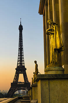 Trocadero Statues with Eiffel Tower by Oscar Gutierrez