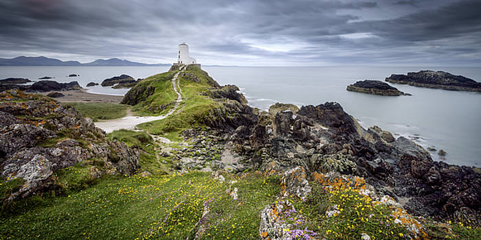 Two Mawr Lighthouse by Steve Caldwell