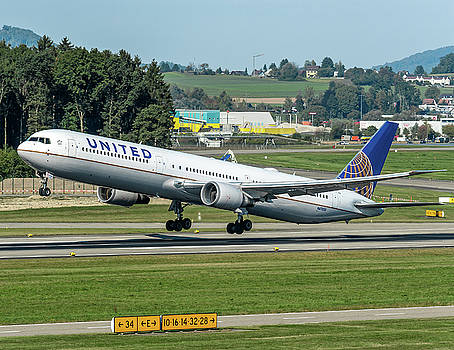 United Airline, Boeing B757 take off from Zurich Airport by Roberto Chiartano