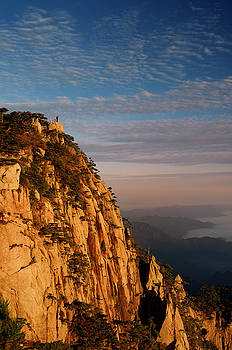 Reimar Gaertner - Visitor on Lion Peak at sunrise with fog in valley at Huangshan