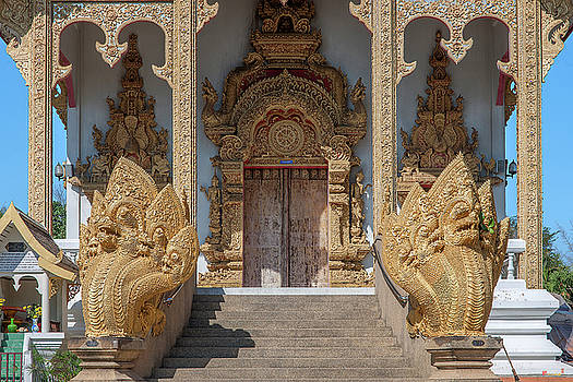 Wat Kumpa Pradit Phra Wihan Entrance DTHCM1662 by Gerry Gantt