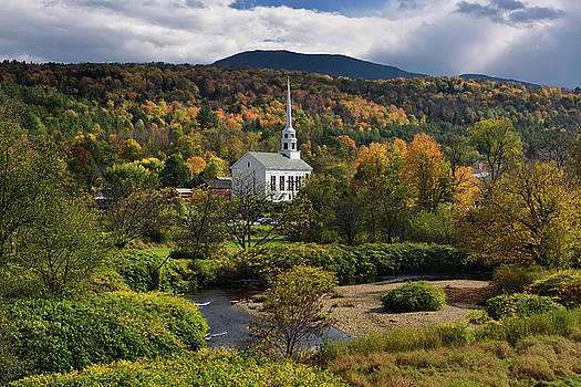 Reimar Gaertner - Waterbury river with Stowe Community Church against Fall color o