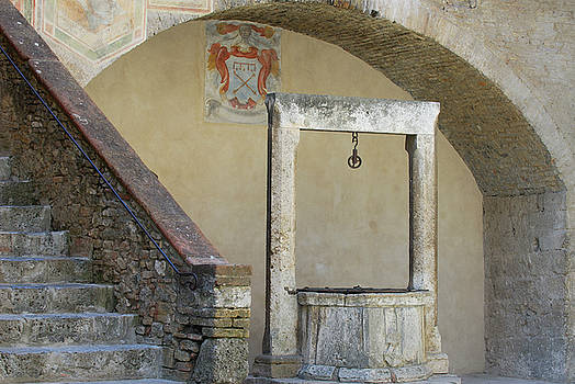 Reimar Gaertner - Well and stone stairs in the Civic Museum in San Gimignano