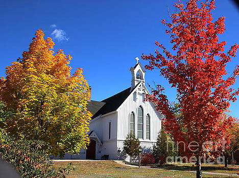 White Chapel In North Conway by Lennie Malvone