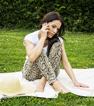 Newnow Photography By Vera Cepic - Woman sitting on a picnic blanket  and talking on the phone