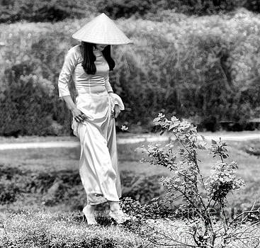 Chuck Kuhn - Woman Vietnamese Black White
