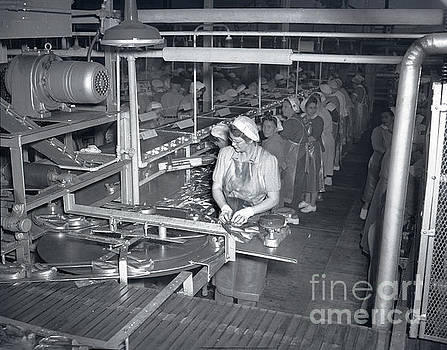 California Views Mr Pat Hathaway Archives - Women packing sardines at plant 101 at Cal Pac, the Califo