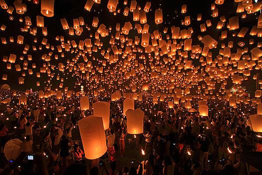 Yee Peng Festival in Thailand by Sanchai Loongroong