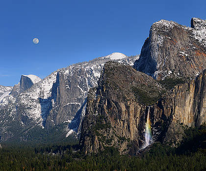 Reimar Gaertner - Yosemite Valley from Tunnel View with Half Dome moon and rainbow