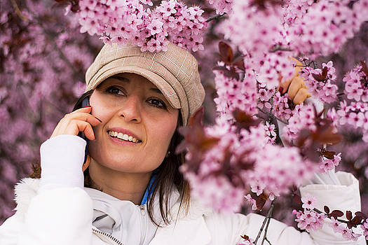 Newnow Photography By Vera Cepic - Young woman with hat talking on the phone in outdoors