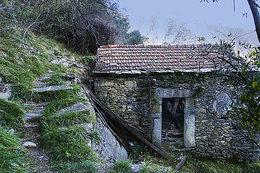 Enrico Pelos - ZOAGLI ANCIENT STONES HOUSE WITH STAIRS IN THE WOOD