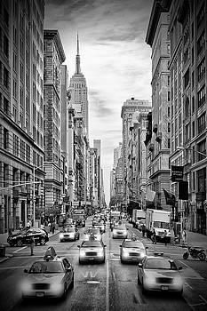 Melanie Viola - NEW YORK CITY 5th Avenue Traffic - Monochrome