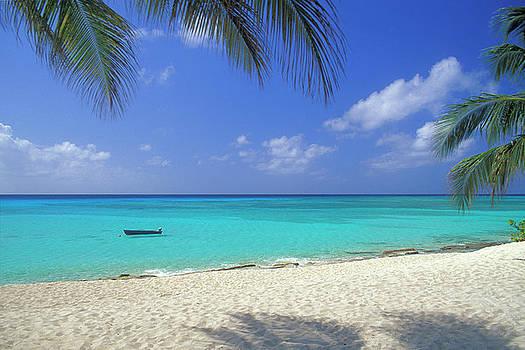 7 Mile Beach, Cayman Islands by Myloupe/uig