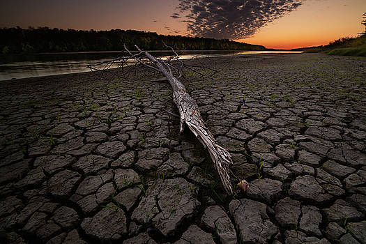 Dry banks of Rainy River after sunset by Jakub Sisak