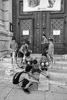 Michael Nguyen - Kids in front of a museum