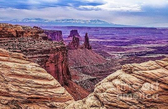 Mesa Arch's View by Bob Lentz