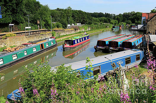 Narrowboats on the Oxford Canal at Heyford Wharf by Dave Porter