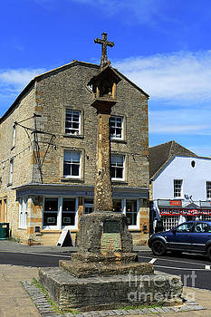Street view and the Market Cross, Stow on the Wold  by Dave Porter