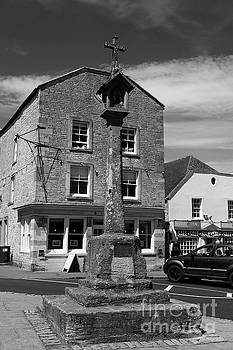 Street view and the Market Cross, Stow on the Wold Town by Dave Porter