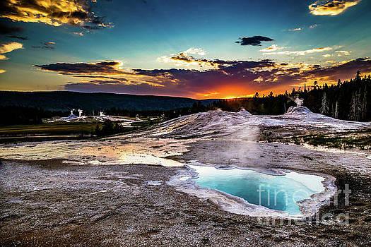 Lisa Lemmons-Powers - Sunset At Yellowstone