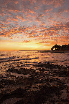 The coast at sunrise by Vicen Photography