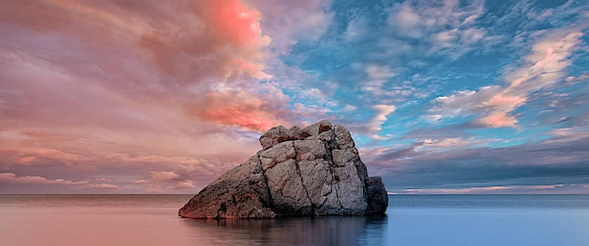 The rock and the sea by Vicen Photography