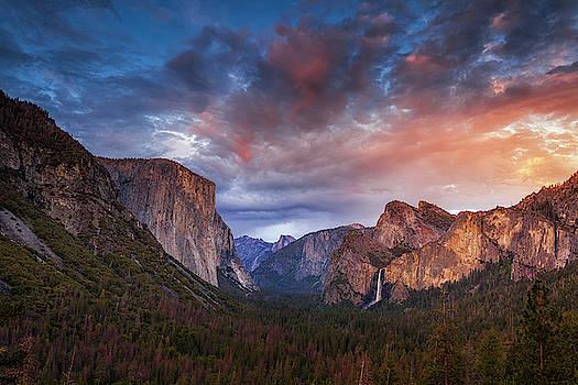 Yosemite Sunset View by Andrew Soundarajan