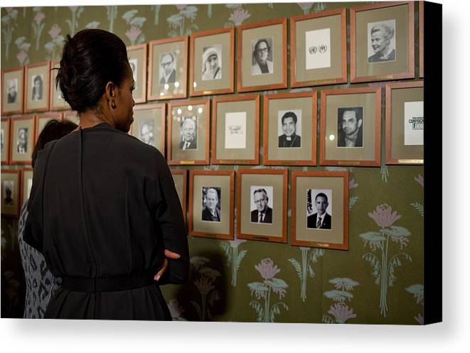 History Canvas Print featuring the photograph Michelle Obama Looks At Pictures by Everett
