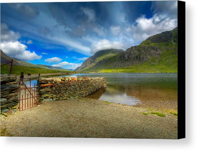 Hdr Canvas Print featuring the photograph Cwm Idwal by Adrian Evans